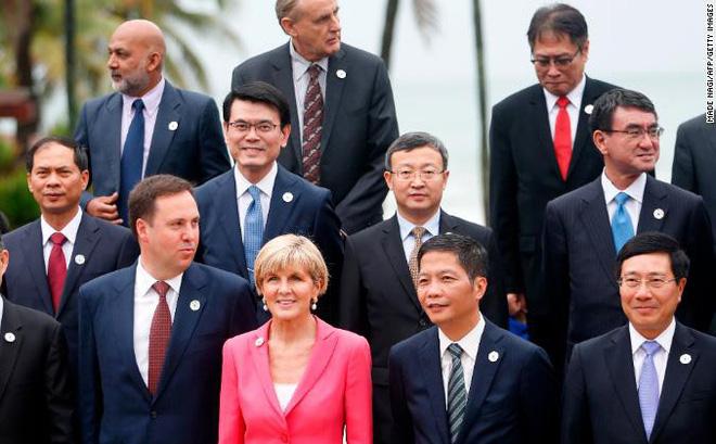 Các đại biểu tại tuần lễ cấp cao APEC đều mang trên áo một huy hiệu đặc biệt.
