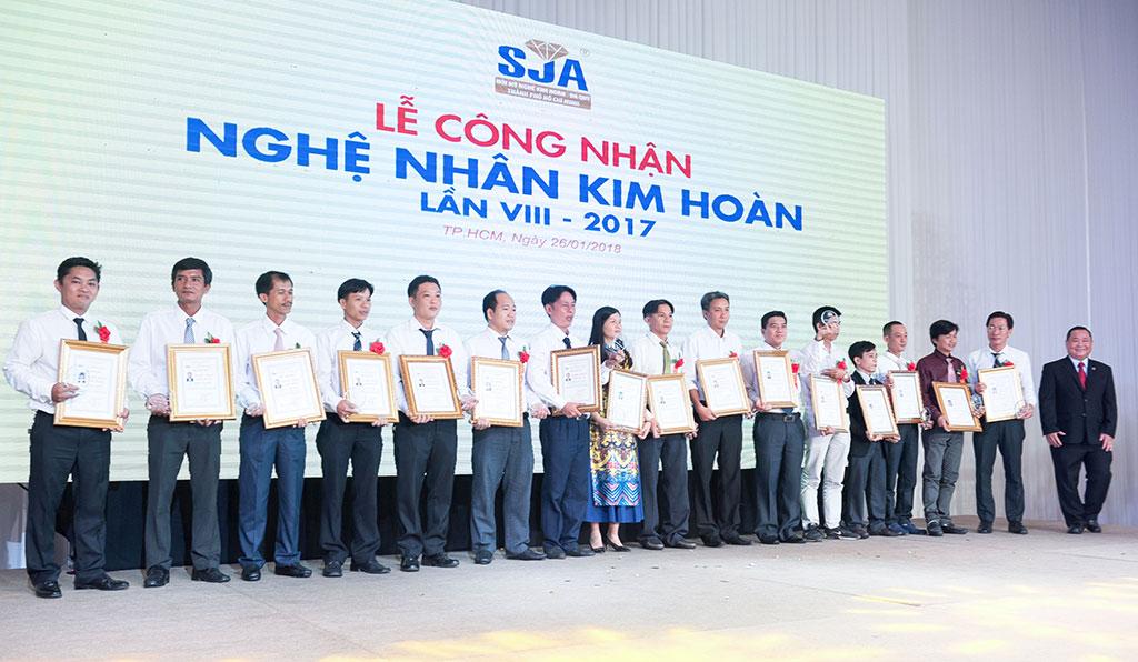 PNJ hiện có 15 Thợ kim hoàn được UBND Tp.HCM công nhận danh hiệu Nghệ nhân , chiếm gần 20% số Nghệ nhân toàn thành phố.