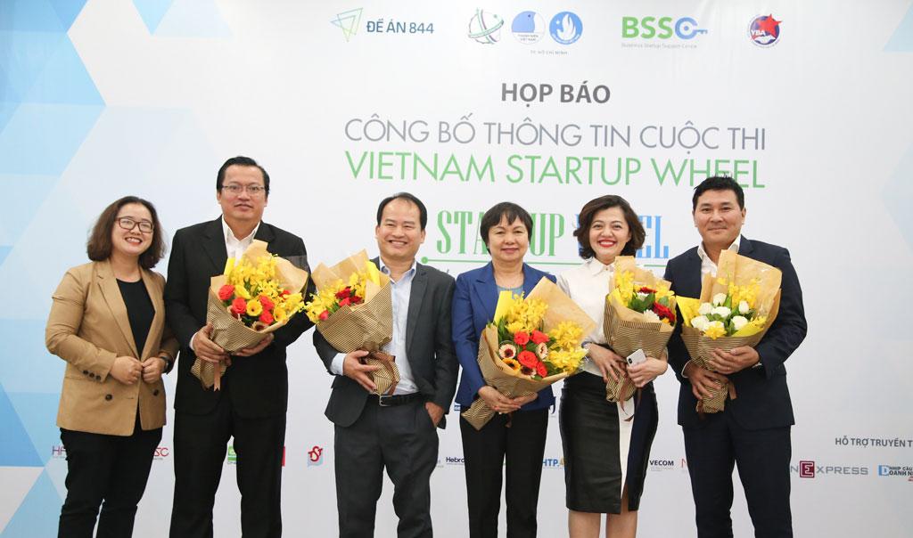 Bà Cao Thị Ngọc Dung – Chủ tịch HĐQT PNJ (thứ 3 từ trái qua) cùng những người đồng hành dẫn dắt và đánh giá cuộc thi lần thứ VI/2018