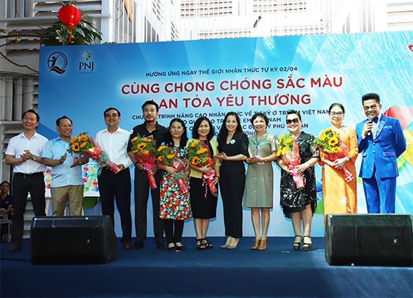 """Nghi thức chính thức Phát động chương trình với hình ảnh chong chóng sắc màu – biểu tượng của dự án """"Nâng cao nhận thức về tự kỷ ở trẻ em Việt Nam"""""""